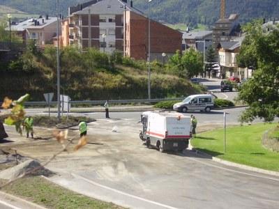 Tasques de neteja per l'accident d'un camió a la rotonda de la Seu a Andorra
